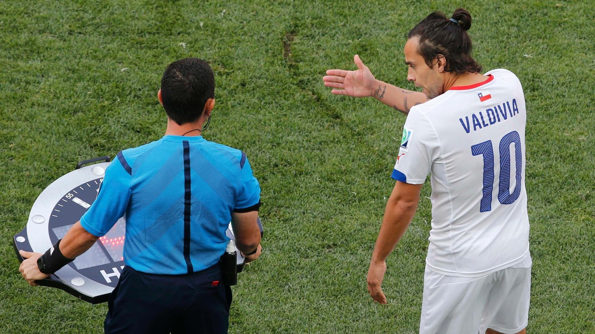 Valdivia, do Palmeiras, aguarda autorização do árbitro para entrar em campo na partida do Chile contra a Holanda