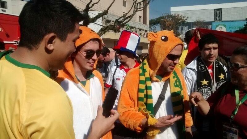 Vestidos da cangurus, australianos chegam para o jogo contra a Espanha