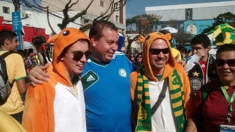 Vestidos da cangurus, australianos se divertem ao lado de um palmeirense