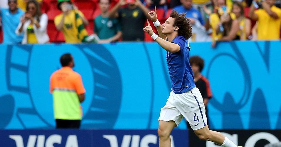 23.jun.2014 - Zagueiro David Luiz vai ao gramado do Mané Garrincha para aquecimento do jogo entre Camarões e Brasil