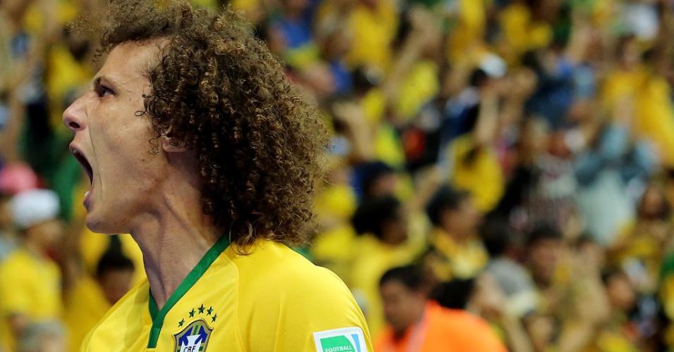 23.jun.2014 - Zagueiro David Luiz vibra após gol da seleção brasileira sobre Camarões no Mané Garrincha