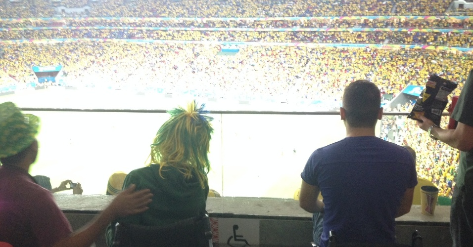 23.jun.2013 -- Cadeirantes acompanham partida entre Brasil e Camarões na segunda-feira (23) no estádio Mané Garrincha, em Brasília: goleada de quatro a um para a seleção