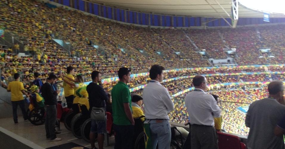 23.jun.2013 -- Diversos torcedores e pessoas credenciadas pela Fifa assistem em pé à vitória do Brasil contra Camarões por quatro a um nesta segunda-feira (23) na área reservada para cadeirantes
