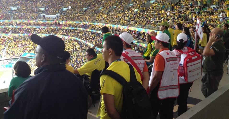 23.jun.2013 -- Diversos torcedores e pessoas credenciadas pela Fifa assistem em pé à vitória do Brasil contra Camarões por quatro a um nesta segunda-feira (23) na área reservada para cadeirantes: socorristas e voluntários aproveitam para assistir partida