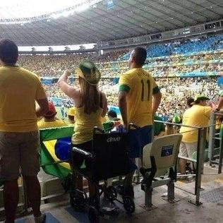 23.jun.2013 -- Imagem de suposta cadeirante ficando de pé durante jogo do Brasil contra o México, no Castelão, em Fortaleza, suscitou suspeita de golpe e foi muito compartilhada nas redes sociais