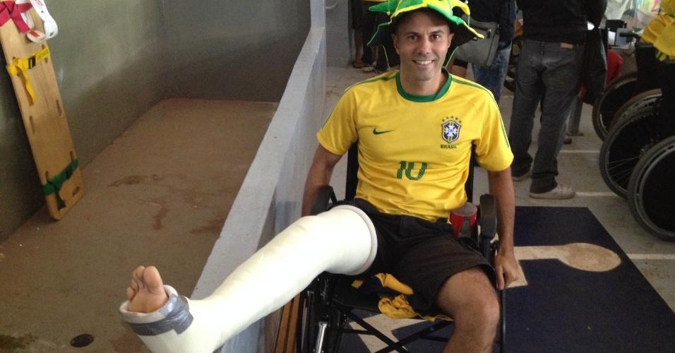 23.jun.2013 -- O engenheiro Marcos Vinícius Souza quebrou a perna duas semanas antes da goleada da seleção brasileira contra a camaronesa por quatro a um no estádio Mané Garrincha, em Brasília, nesta segunda-feira (23), e teve de ir à arena de cadeira de rodas