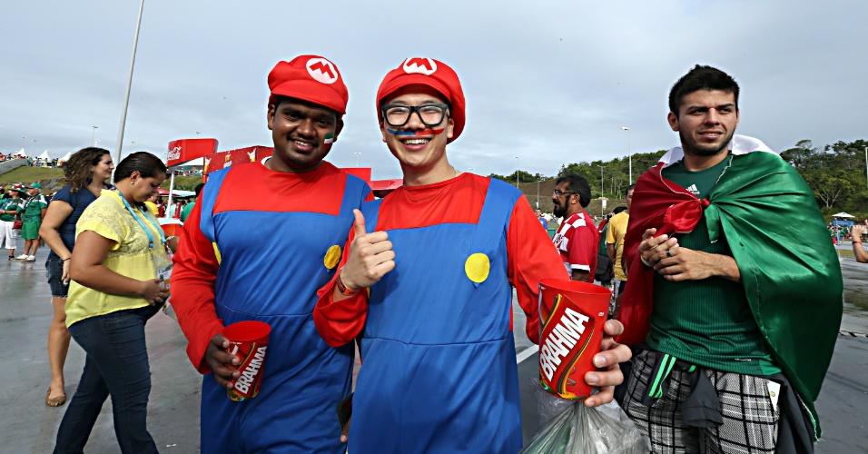 23.jun.2014 - Dos games para a Arena Pernambuco: Super Mario se multiplicou para ver Croácia x México