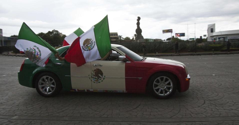 23.jun.2014 - Estes torcedores são tão fanáticos que até pintaram o carro nas cores da bandeira mexicana