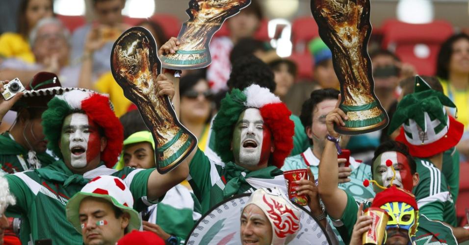 23.jun.2014 - Torcedores mexicanos exibem seu objeto de desejo nas arquibancadas da Arena Pernambuco