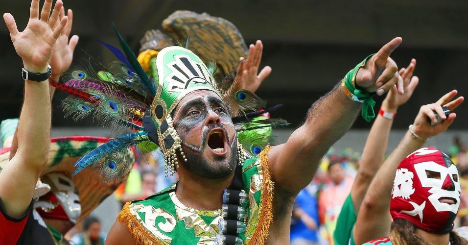 23,jun.2014 - Torcida ou escola de samba? Este mexicano poderia muito bem sair da Arena Pernambuco e ir direto para a Sapucaí