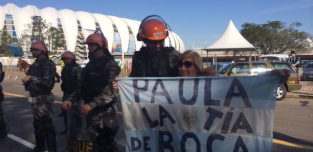 Tia Paula de La 12, torcedora argentina idosa, tietou policial em Porto Alegre e se disse 'disponível'