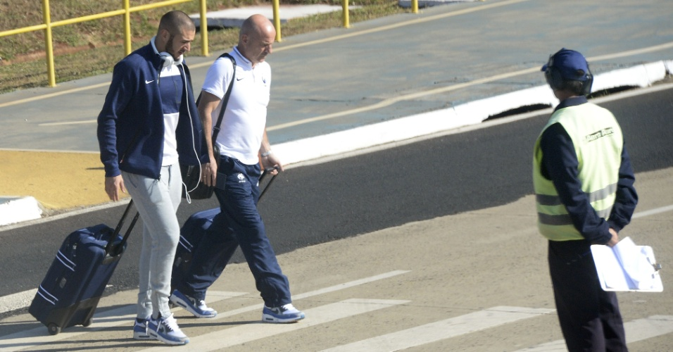 24.jun.2014 - Benzema, artilheiro da França, embarca no avião no aeroporto de Ribeirão Preto com destino ao Rio de Janeiro para o jogo contra o Equador
