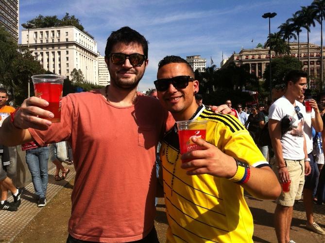 24.jun.2014 - Com camisa da Colômbia, torcedor sul-africano (dir) aproveita Fan Fest de São Paulo ao lado de amigo uruguaio