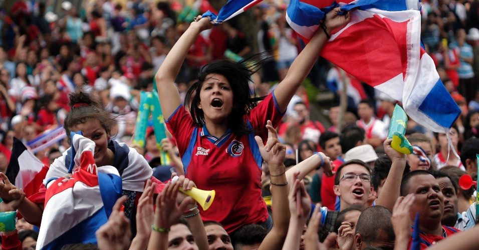 24.jun.2014 - Costarriquenhos lotam as ruas de San Jose para assistir ao jogo contra a Inglaterra