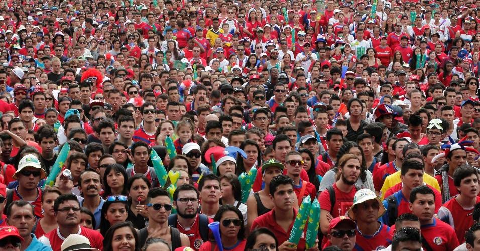 24.jun.2014 - Costarriquenhos se aglomeram em praça com telão em San José para acompanharem partida contra a Inglaterra