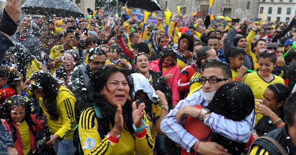 24.jun.2014 - Em Bogotá, colombianos festejam classificação em primeiro lugar no grupo C após goleada sobre o Japão