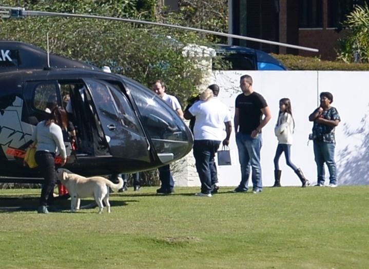 24jun.2014 - Filho de Neymar, Davi Lucca chega à Granja Comary de helicóptero no dia de folga da seleção