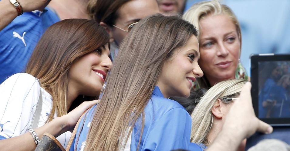 Genoveffa Darone e Jessica Immobile, respectivamente esposas de Lorenzo Insigne e Ciro Immobile, posam para fotografias nas tribunas da Arena das Dunas