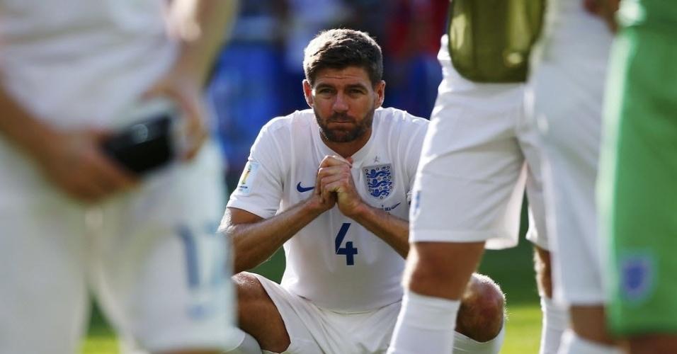 24.jun.2014 - Gerrard lamenta após o último jogo da Inglaterra na Copa. Os ingleses foram eliminados da Copa
