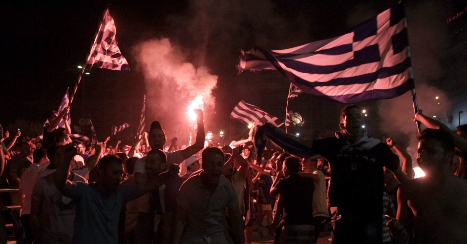 24.jun.2014 - Gregos vão às ruas de Atenas comemorar vitória sobre a Costa do Marfim e a permanência na disputa da Copa do Mundo