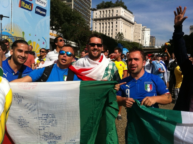 24.jun.2014 - Grupo de italianos era um dos mais animados na Fan Fest de São Paulo