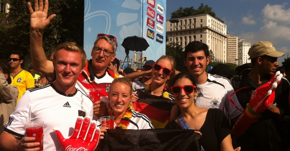 24.jun.2014 - Grupo de turistas alemães se diverte em Fan Fest de São Paulo