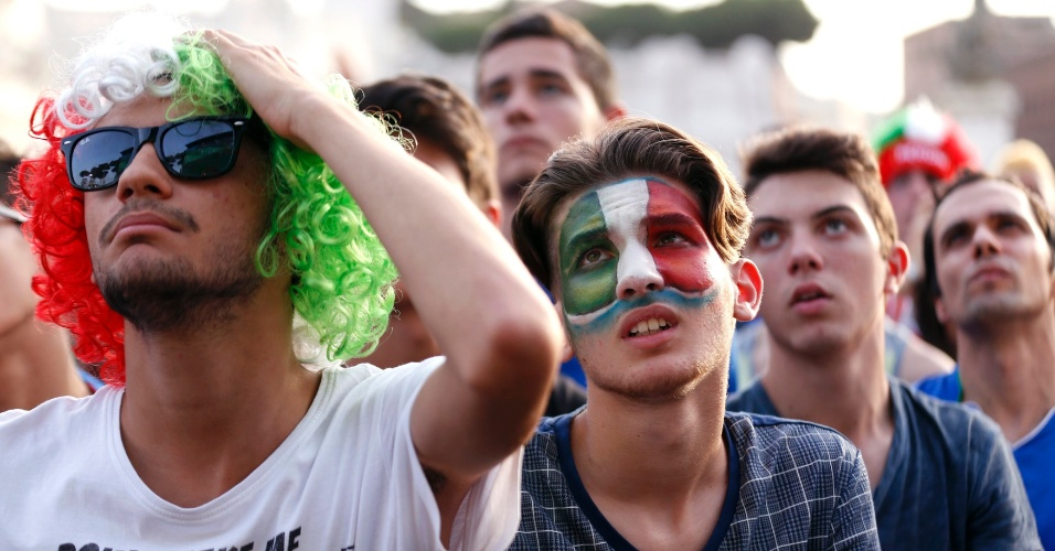 24.jun.2014 - Em Roma, italianos lamentam derrota por 1 a 0 para o Uruguai que eliminou a Itália da Copa do Mundo
