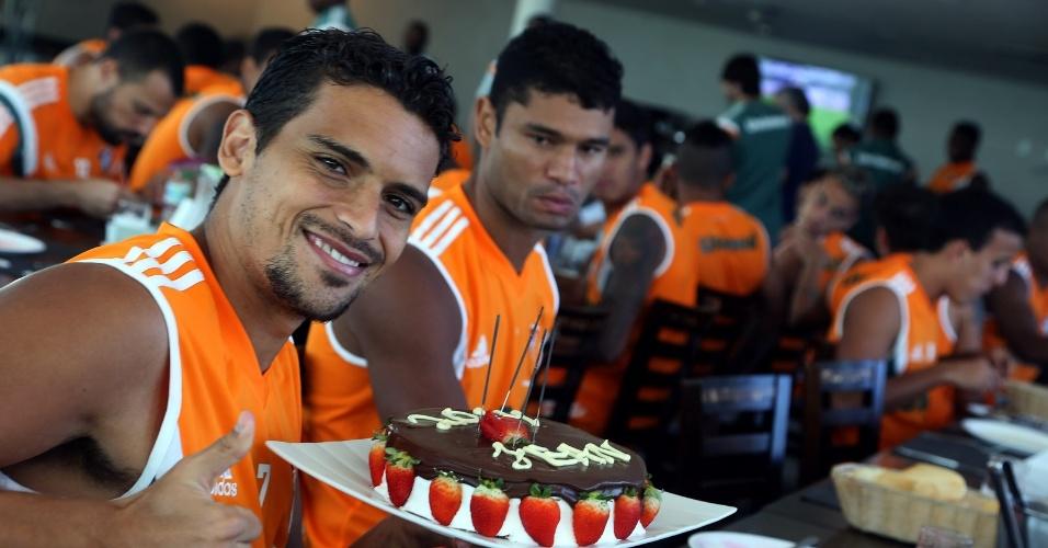24.jun.2014 - Jean comemora aniversário de 28 anos com o Fluminense em Macaé