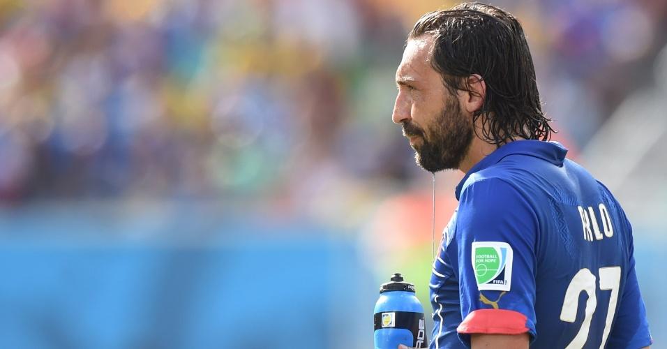 24.jun.2014 - Meia Andrea Pirlo se reidrata após derrota da Itália para o Uruguai e eliminação precoce da Copa do Mundo