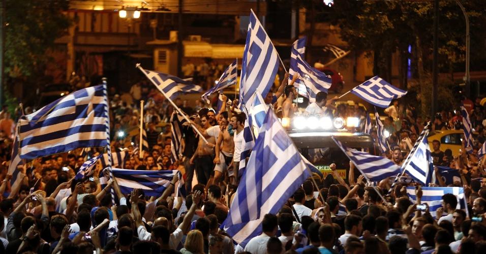 24.jun.2014 - Ruas de Atenas ficam lotadas de torcedores após vitória da Grécia sobre a Costa do Marfim e classificação para as oitavas de final da Copa do Mundo