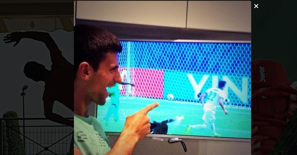 """24.jun.2014 - Tenista sérvio, Novak Djokovic revela sua torcida pela Grécia contra a Costa do Marfim na Copa do Mundo. """"Vocês sabem para quem eu estou torcendo?"""", escreveu, apontando para o lance do gol da Grécia na TV"""