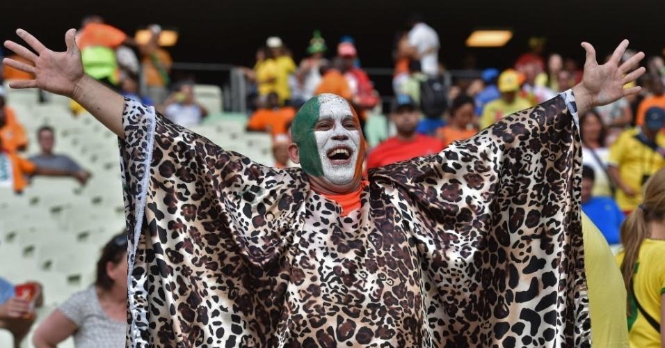 24.jun.2014 - Torcedor vai ao Castelão vestido de leopardo para dar apoio à Costa do Marfim contra a Grécia