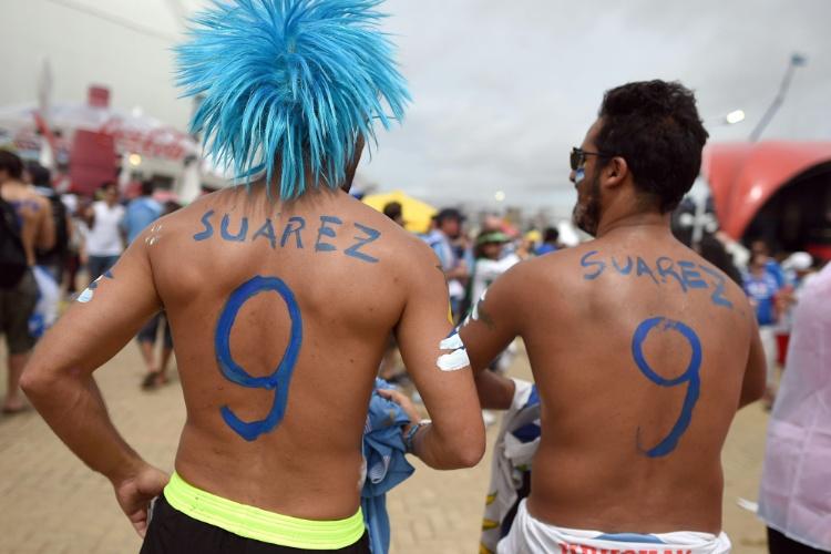 Torcedores do Uruguai pintam nas costas o número 9 de Luis Suárez