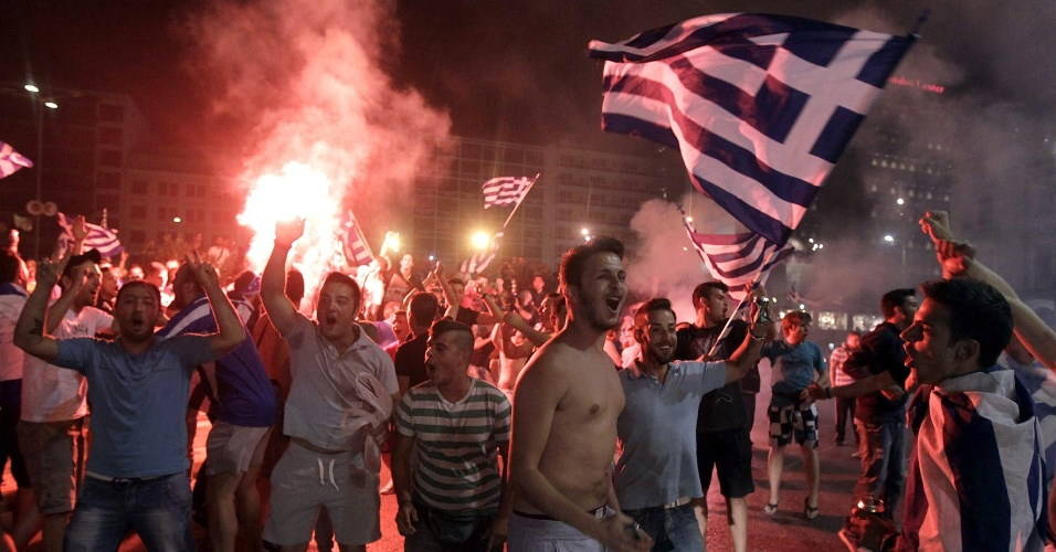 24.jun.2014 - Torcida grega faz festa nas ruas da capital Atenas após classificação para a segunda fase da Copa