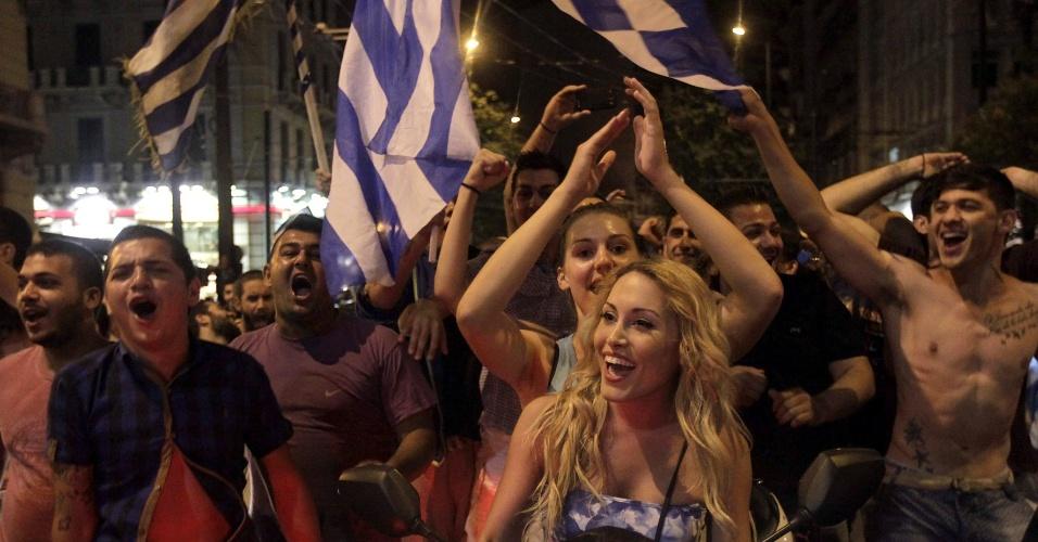 24.jun.2014 - Torcida grega vai para as ruas de Atenas comemorar classificação para as oitavas de final da Copa do Mundo