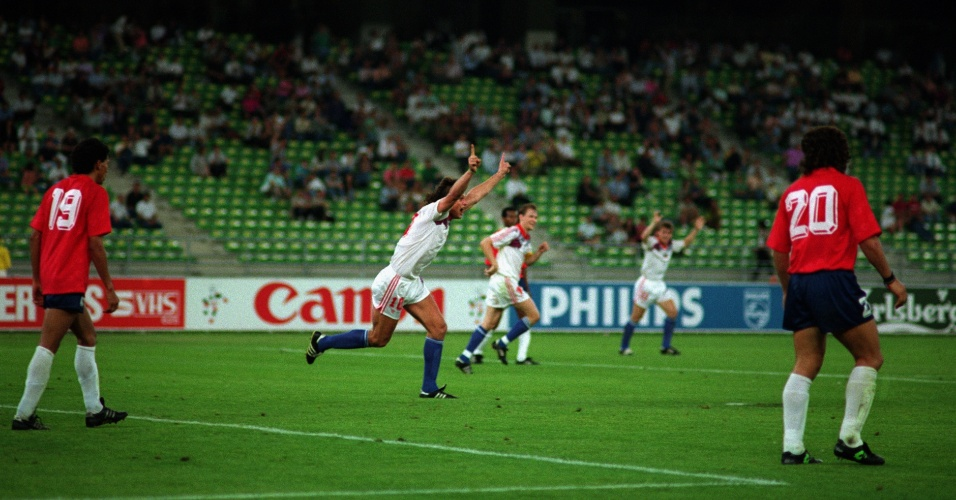 A Costa Rica estreou em Copas em 1990 e já passou de fase; em jogo alternativo, pegou a Tchecoslováquia em sua última participação antes da divisão. Os europeus avançaram