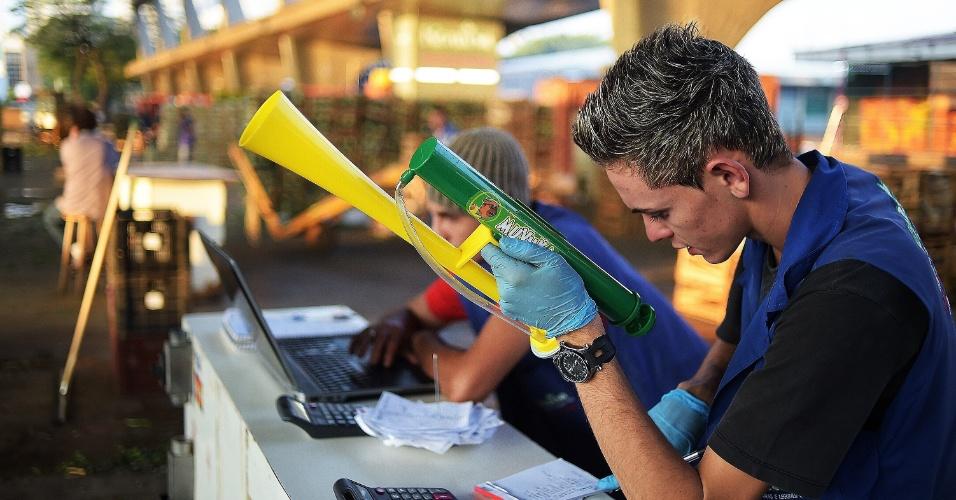 Alguns tiveram que conciliar a torcida pelo Brasil aos deveres do trabalho