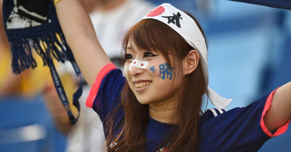 Apesar da derrota por 4 a 1 para a Colômbia, torcedora do Japão exibe faixa do país com orgulho