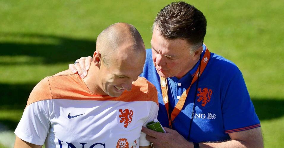 Arjen Robben conversa com o técnico Louis van Gaal durante treino da Holanda no Rio de Janeiro