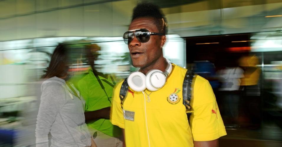 Asamoah Gyan, capitão de Gana, tira fotos com os fãs em Maceió; time embarcou rumo a Brasília para jogo contra Portugal
