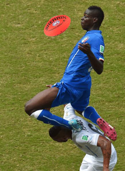 Balotelli confunde esportes em lance digno do futebol australiano