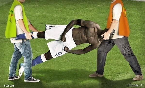 Balotelli sendo substituído no intervalo