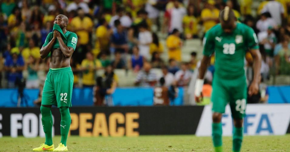 Bamba, ao fundo, e Die mostra abatimento após a Costa do Marfim ser derrotada pela Grécia
