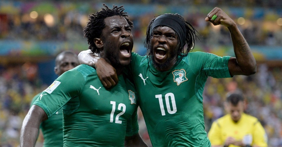 Bony e Gervinho comemoram gol de empate da Costa do Marfim contra a Grécia