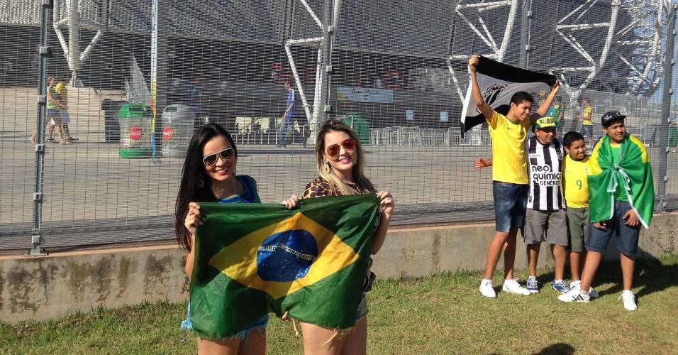 Brasileiras posam para foto em frente ao estádio Castelão antes de partida entre Grécia e Costa do Marfim