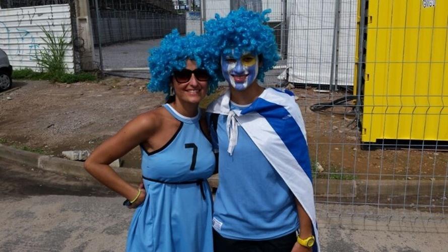 Casal uruguaio aguarda do lado de fora da Arena das Dunas antes de partida entre Itália e Uruguai