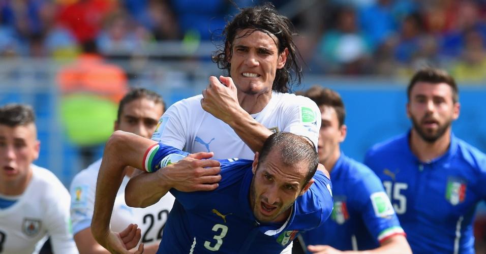 Cavani e Chiellini se enroscam antes de cruzamento na área italiana - 24/06/2014