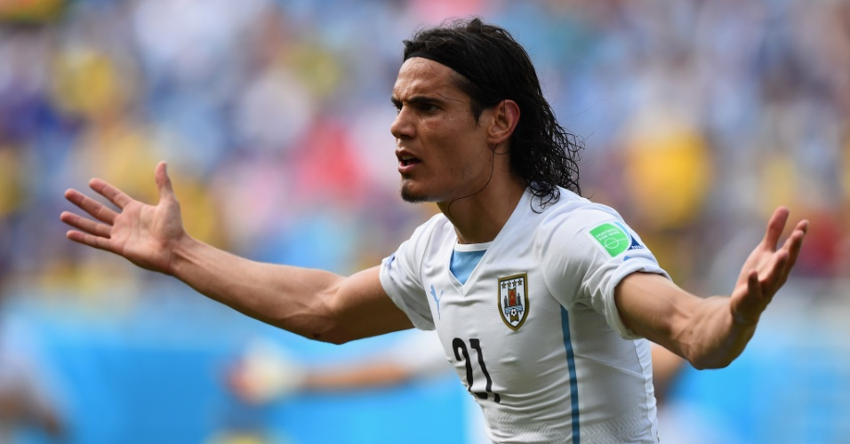Cavani reclama da não marcação de um pênalti no jogo contra a Itália, em Natal - 24/06/2014