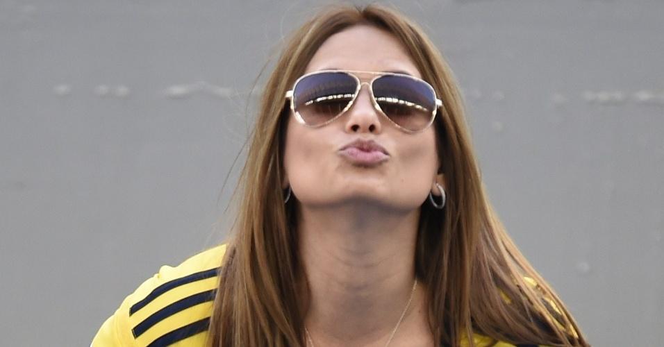 Colombiana manda beijo para a câmera durante jogo contra o Japão, na Arena Pantanal