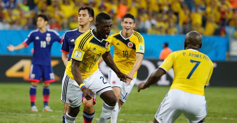 24.jun.2014 - Colombiano Jackson Martinez comemora com Pablo Armero depois de marcar o segundo contra o Japão, na Arena Pantanal